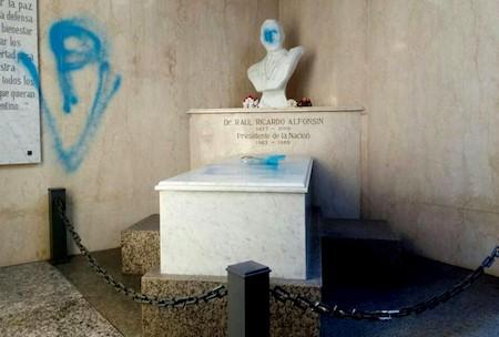Recoleta Cemetery, Buenos Aires, Raúl Alfsonsín, vandalismo, Peronistas